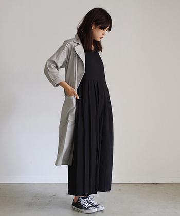 春や秋の季節の変わり目にはコットンの軽いコートが重宝します。1枚持っていると長く着こなせるアイテムです。ロングワンピースやオールインワンなどストンと着こなせるアイテムと合わせるとスタイルアップにも。