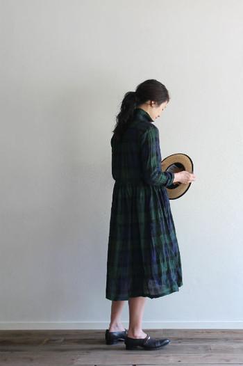 永遠の「定番」タータンチェック。ミドル丈のワンピースは羽織り物としてもちょうどいいバランスで着こなせますよ。