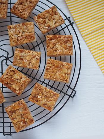 ■さくさくパイのフロランタン/ミルクティーにおすすめ  アーモンドとキャラメルフィリングの、甘く香ばしい味わいが楽しめる焼き菓子です。冷凍パイシートを使えば、手軽に作れます。