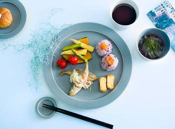 一番大きいサイズ「matin」を使ってワンプレートの朝食。リムの内側のエッジが効いて、洗練された印象に。 一番小さいサイズ「nuit」は小皿としてももちろん使えますが、画像のように箸置きにすると統一感が出て素敵。 パン皿は一段濃い色合いのものを。テーブルコーディネートに奥行きが出ますね。