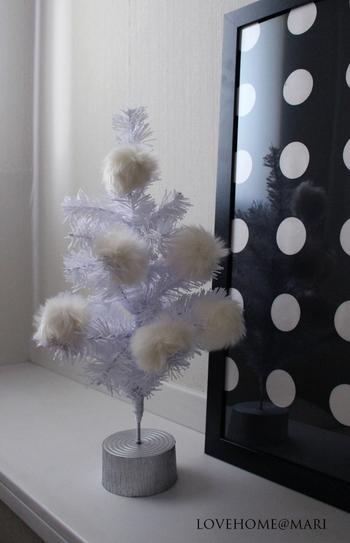 大きなツリーに飾るならボンボンに紐を縫い付けたりグルーガンで接着してつけるのもいいですね。