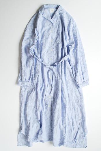 リネンやコットンなどの天然素材でできているアイテム。年齢に関係なく着こなせるシンプルでプレーンなデザインのもの。例えばワンピースやサロペットは、インナーや羽織り物、小物を変えるだけで通年着られる良きパートナーになってくれます。