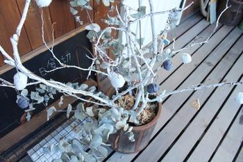 紺色のほうは100円ショップで購入したジュート麻の糸。ナチュラルな雰囲気のツリーにピッタリですね。