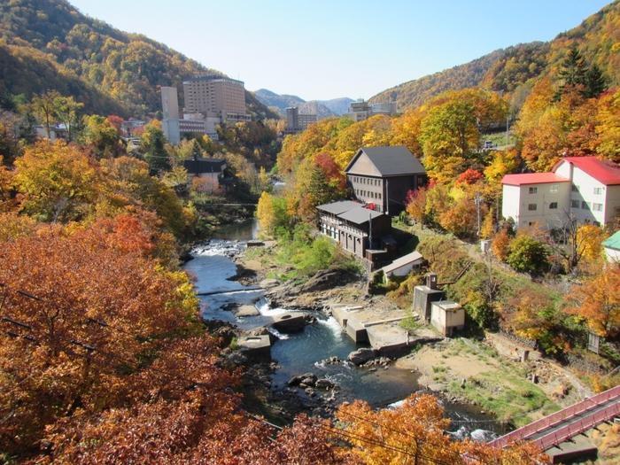 札幌中心部から車で約1時間、「札幌の奥座敷」と言われる定山渓。温泉街の周りには見事な紅葉が広がり、訪れる人々の目を楽しませています。9月下旬ごろから徐々に色づき始め、10月中旬には見ごろになります。