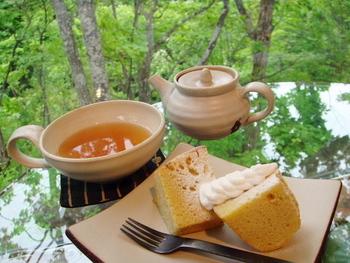 メニューはチーズケーキやぜんざいなどのセットがあり、目の前に広がる森を眺めながらゆったりとくつろげます。名物の「崖の上ケーキ」は発酵バターを使った風味の良いケーキで人気です。
