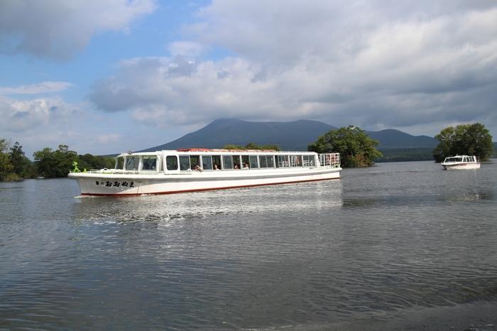 また、遊覧船やボートに乗りながら、湖の上から紅葉を眺めるのも素敵ですよ。気持ち良い風に吹かれながら爽快な気分で楽しめます。