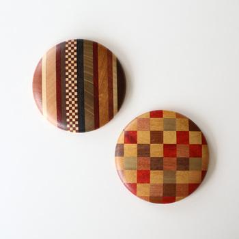 温もりある木の質感。市松や縞模様といった、どこかモダンなデザインも素敵ですね。こちらは箱根で大正15年から伝統工芸品を作り続ける露木木工所の丸手鏡。寄木細工というさまざまな種類の木材を組み合わせて作る伝統的な技法で作られています。