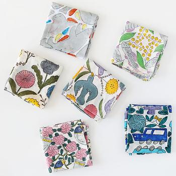 """陶芸作家・鹿児島睦さんデザインの木版ハンカチ。カラフルで個性的なデザインでありながらどこか温かみもあるところが魅力。こちらは""""ブロックプリント""""といった染色技法で手掛けられています。"""