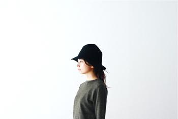 ハットを選ぶときに失敗しがちなのは、サイズ感。自分の頭にジャストサイズのものを選んでしまうと、何だか窮屈に見えてしまいがち。若干ゆとりがあるものを選んだ方が、帽子そのものの形を壊さず、美しく着こなせます。ナチュラル、エレガント、カジュアル...、合わせるスタイルに幅を持たせたいなら、できるだけデザインがシンプルで素材が上質なものを選ぶといいですね。