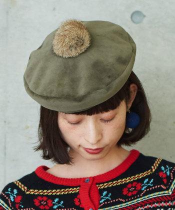 ベロアの質感とてっぺんについたラビットファーのポンポンが表情豊かなベレー帽。かわいらしくなりすぎないのは、ミリタリーテイストなカラーのおかげ。どことなくアンニュイな雰囲気を感じさせるのも素敵です。