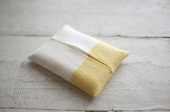 手触りの良いリネンのティッシュケースもオススメです。こちらはたまねぎの皮で染めた優しい黄色に、清潔感のあるホワイトリネンを組み合わせたもの。シンプルなデザインが素敵ですね。リネンならではの光沢感もたのしめます。