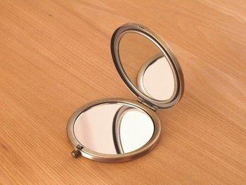 両面に鏡があり、片面は拡大鏡なのでコンタクトレンズをかえる時やメイク直しにもとっても便利。機能性にも優れたオススメアイテムです。