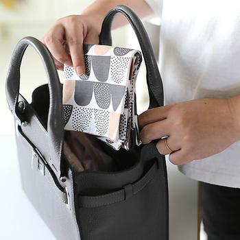 こちらはポケットのような形に粉砂糖をイメージした「Sokeri(シュガー)」柄。ネーミングももなんだか可愛いですね。50cm角の大判タイプのハンカチなので、手拭きとしてはもちろん、お弁当包みやランチョンマットなどさまざまな用途で使えます。
