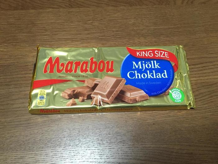 スウェーデンはチョコレートもスーパーの壁いっぱいにあるほど豊富にあります。  こちらはスウェーデンを代表するチョコレート会社・Marabou(マラボー)のチョコレート。 こちらも家族からお土産購入を依頼されることが多いです。  写真はオリジナルのミルクチョコレートですが、こちら以外にもキャラメルが入ったチョコレートやオレンジが入ったもの、ナッツ入りなど種類はざっと15以上はあります。  日本の一般的なチョコレートよりもミルク分が多めで濃厚な甘みが口の中いっぱいに広がりますよ。