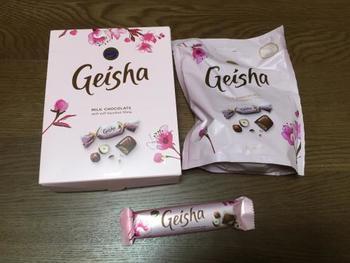 忘れてはいけないのがこちらのゲイシャチョコ。  ミルクチョコレートの中にヘーゼルナッツチョコが入ったもので、味はマラボーのものに比べるとややあっさりめ。  日本のチョコレートに近い甘さで食べやすいですよ。
