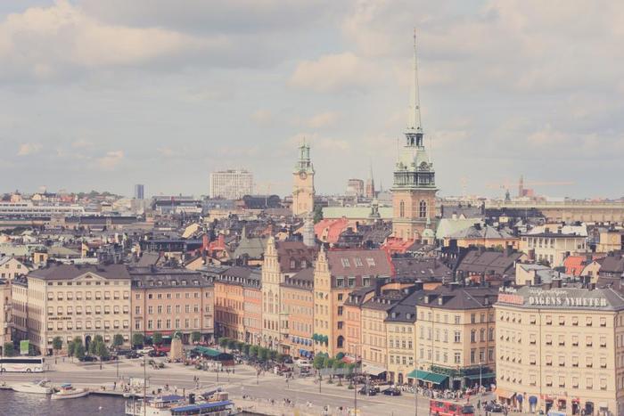 物価が高いスウェーデンでも比較的良心的な価格で買えるもの、かつ実際に家族や友人に喜ばれたお土産にぴったりなアイテムをご紹介しました。  スーパーやディスカウントスーパー、デパートで買えるものばかりですので、立ち寄った際にぜひ探してみてくださいね♪