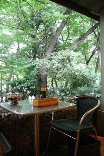 そんな公園で、食事やお茶が楽しめたらもっと素敵だと思いませんか? 実は、敷地内にカフェがある公園もあるんですよ。 そこで今回は、都内にあるおすすめの公園内カフェを厳選してご紹介します。