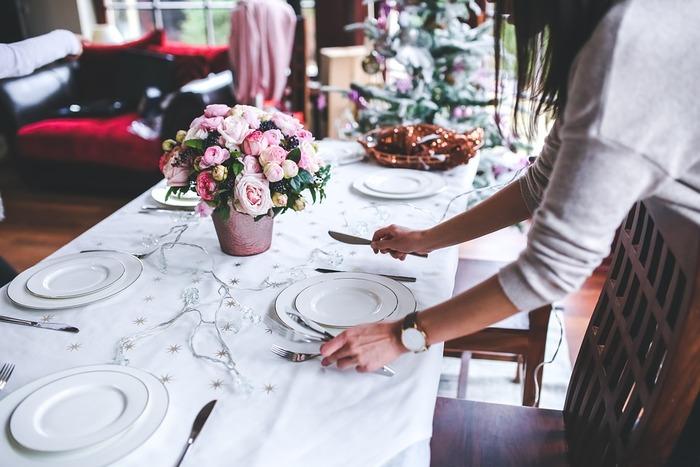 賑やかに飾り付けをしたクリスマスもいいけれど、やっぱり落ち着くのはナチュラルスタイル!でもクリスマスらしい華やかさも少しはほしいですよね。そんな方におすすめの、素敵なテーブルコーディネートのアイディアを集めてみました。