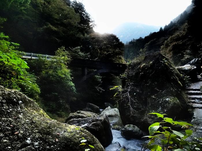 東京都唯一の「村」として知られる檜原村(ひのはらむら)は、村の93%を森林が占めています。そんな檜原村には、東京都が天然記念物に指定している、神戸岩(かのといわ)があります。大きな岩が何とも神秘的な穴場のパワースポットです。