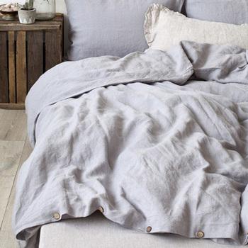 リネン素材の掛け布団カバーやタオルケットなどがあれば、ベッドカバーとして兼用してもOK。素材に注目して選ぶ時には、ベッドアイテムのカテゴリを幅広く設定すると見つかることも♪