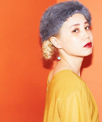ニットの他に、ベロアやファー...秋冬素材のヘアバンドは、着こなしのアクセントになってくれる素敵なアイテム。ちょっとゴージャス感のあるものをセレクトしてみると、顔周りがぱっと華やぎますよ。