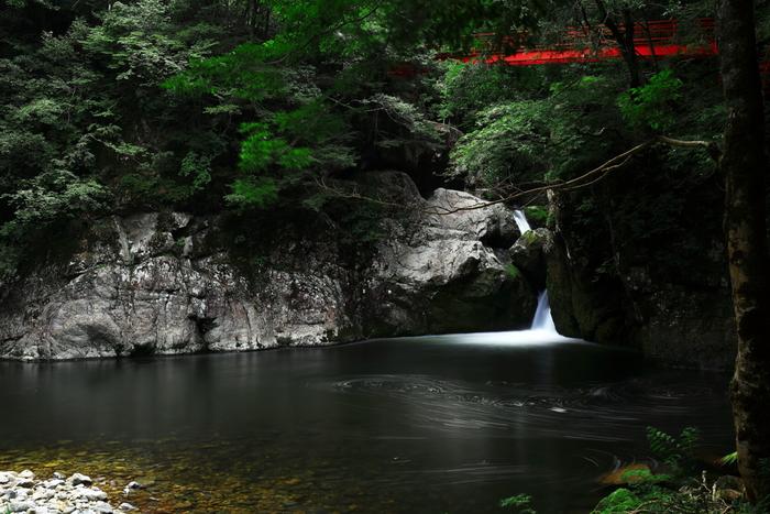 町の96%は森林という、匹見町にある匹見峡。 そこにはなかなか見られない、美しい風景が広がります。
