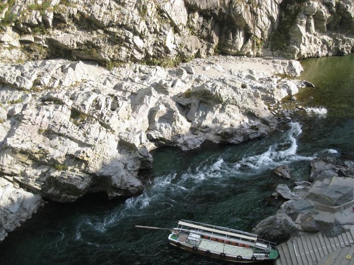 岩が荒々しく削られた川に、山々を彩る紅葉、実際に山に入らなくても、景色だけでも楽しむこともできます。 道の途中にある小便小僧は、小さな観光スポットにもなっている場所です。