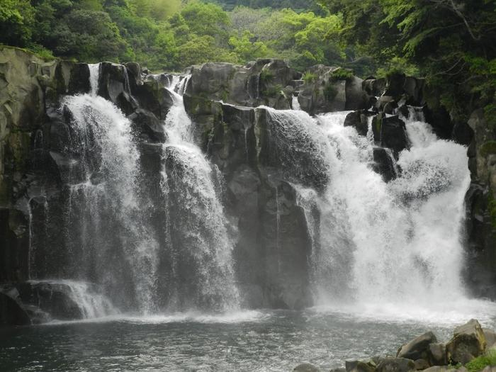 世界でも珍しい岩の表面にできた丸い穴、甌穴群が見られる場所です。 関之尾の滝は、日本の滝100選にも選ばれています。