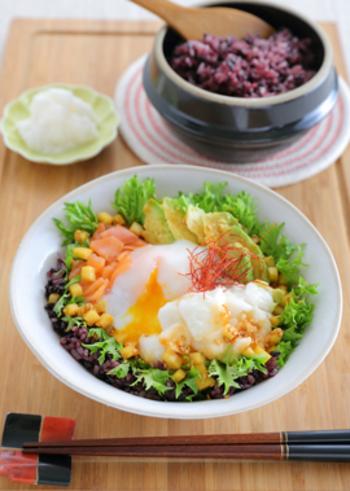 野菜も一緒にもりもり食べられる♪簡単に済ませたいランチにおすすめのレシピ。 よ~く混ぜていただくと美味しさ倍増。