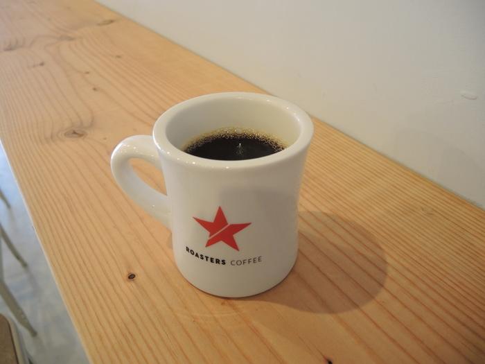 お店オリジナルのおしゃれなマグカップにたっぷりと注がれたコーヒーは、深みがあるのにどんどん飲めてしまいます。カウンターで気軽に本格コーヒーを味わえるのが通っぽい。