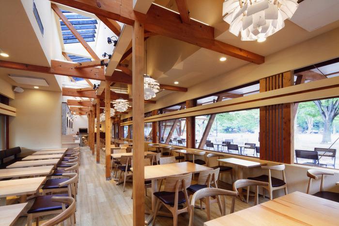 店内は、自然をテーマに、木のぬくもりを感じられる空間となっています。 テラスでも店内の席でも、自然に囲まれる癒やしのひとときを過ごせます。