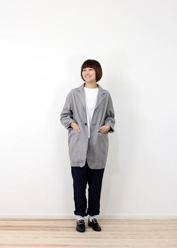 秋冬はウールやウール混のジャケットがベターですが、室内ではリネン素材のモノが活躍してくれそうです。お尻まですっぽり隠れるジャケットは体型カバーと寒さ対策も兼ねて◎。