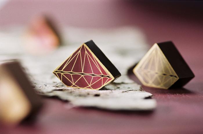 ベルギーの老舗チョコレートブランド「DelReY(デルレイ)」。可愛らしくワクワク感たっぷりの宝石のようなダイヤモンドチョコレート。優しい甘みが広がるチョコレートです。