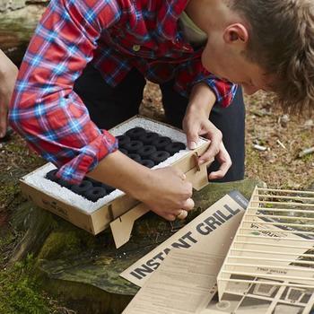 「カサスグリル」は組み立てて使うグリルです。組み立てはとても簡単、切り込みにパーツをはめ込んでいくだけ。特別な道具は要りません。