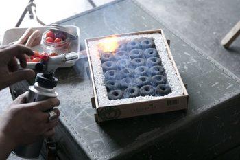 使いやすさも特筆したいポイント。竹炭には着火剤がコーティングされているから、初心者でも確実に火をつけることができます。