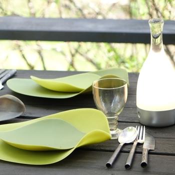 BBQでは割れないお皿が気兼ねなく使えて便利。シリコン製のこんなお皿ならグッとオシャレで大人のBBQテーブルに。