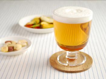 ワインやシャンパンなど、お酒を入れるならやっぱり脚付きのグラスが◎。このグラスは重ねられるから、テーブルの上や収納で悩むことも減りそう。