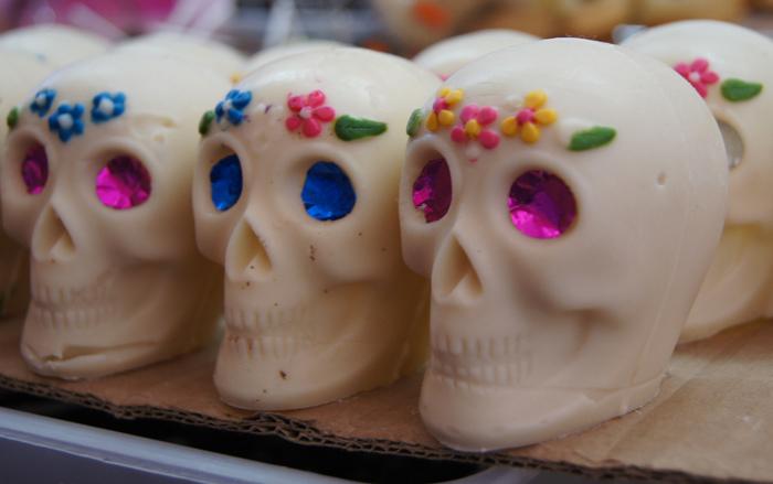 リアルな形に作られたガイコツ型チョコレートです。頭にはお花をイメージしたアイシングが施されています。