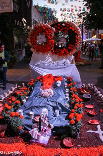 祭壇にはガイコツの砂糖菓子やブレッド、トルティーヤ、フルーツなどの食べ物のほか、キャンドルや食器など様々なものが置かれます。
