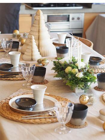 こちらはモノトーンでも、黒を差し色として使ったテーブルコーディネート。柔らかな素材感のツリーや、あたたかみのある食器を選ぶことで、ナチュラルな雰囲気に。