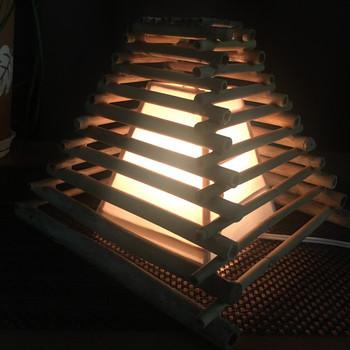 竹の流木を組み上げたランプは、モダンな形状に天然素材ならではのあたたかみが感じられる一品。すきまから漏れる光が幻想的で、和室にはもちろん、オリエンタルなインテリアにもぴったりですね。
