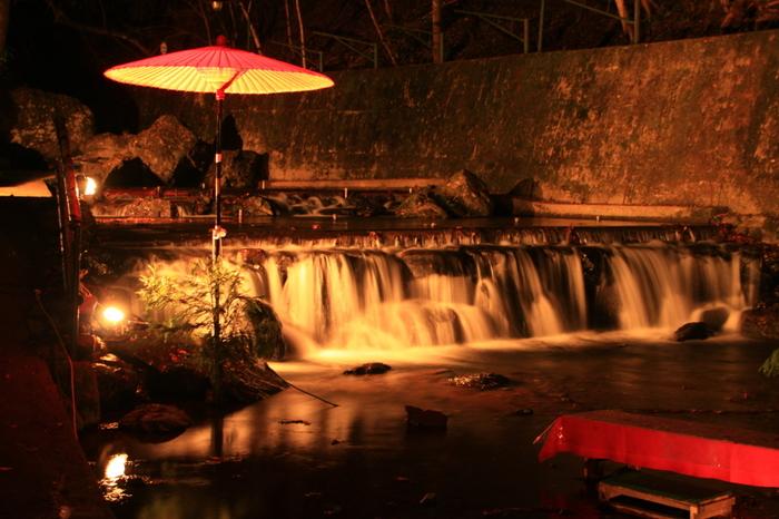 晩秋になると、貴船神社周辺では、「貴船もみじ灯篭」が開催されます。「貴船もみじ灯篭」のやさしい灯に包まれた貴船川、貴船神社神域一体は、この地を訪れる人々の心を癒してくれます。