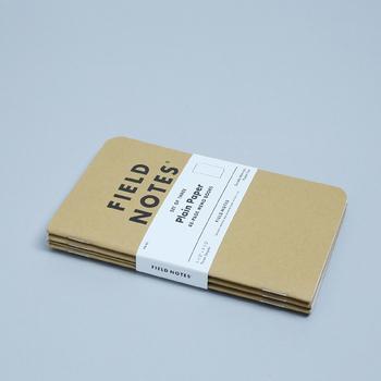 ポケットに入るサイズのフィールドノート。クラフト紙の表紙と、シンプルなロゴが誰でも使いやすいデザインです。中の紙は、無地・横罫・方眼から好みのものを選べるので、使い道も自由に決められます。
