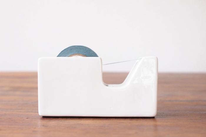 倉敷意匠の白磁のテープカッター。磁器のしっとりとしたツヤのある質感は、デスクでも存在感があります。