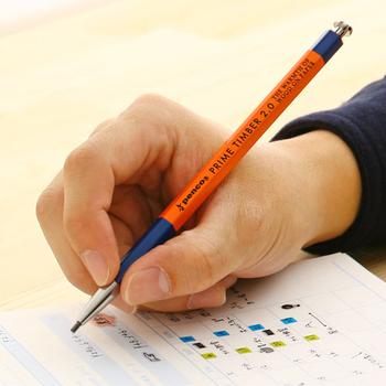プライムティンバーは、鉛筆用の2mmの芯を入れて使う軸です。シャープペンシルの便利さと鉛筆の書き心地の良さを両立しています。シャーペンのように芯が折れることが少ないので、ラフに使えます。