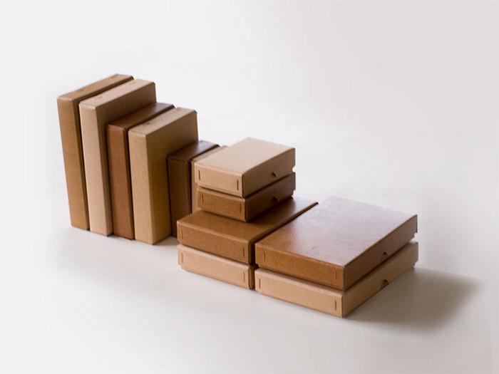 倉敷意匠の「カミノハコ」は、その名の通りシンプルな紙の箱です。ありそうでなかった普通の紙の箱。デスク周りの小物の収納にぴったりなんです。