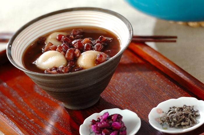 あったかい和スイーツも、日本人にはたまらない冬の楽しみですね。なかでも、ぜんざいは定番中の定番。時間をかけたくないときは、缶や袋入りのあんで十分。お餅を入れるのもいいですね。