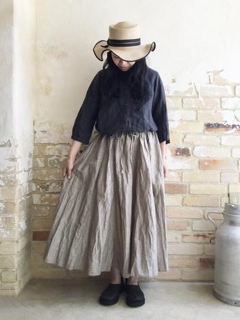 コットンリネンのロングスカートは、そのシワ感も素材の良さを表しているかのよう。ややハリ感のある素材が、女性らしさを演出。