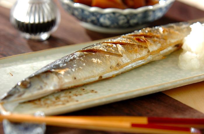 秋刀魚と言えばやっぱり塩焼きが定番です。美味しく仕上げるコツは、塩を振るタイミングと塩加減。10分以上前に塩を振り、水気を取ってから焼きます。たっぷりの大根おろしとすだちを添えて。