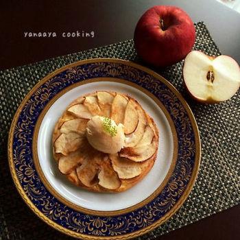 バター不使用で発酵要らずの生地を使ったスイーツピザ。りんご、シナモン、カスタードクリーム…ホットスイーツの王道ともいえる絶品レシピです。最後に冷たいアイスをのせるのもお忘れなく。